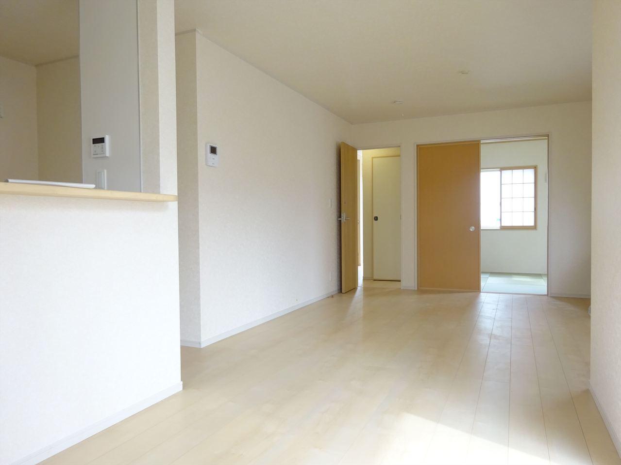 白い壁に白い床、さわやかなリビングです
