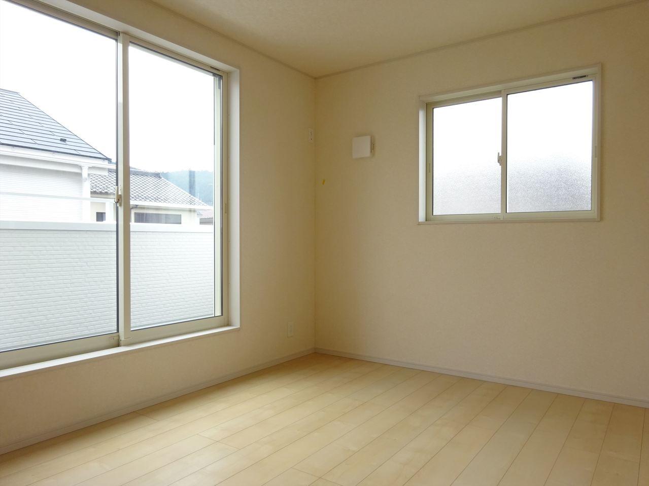 大きな窓のある明るい洋室です