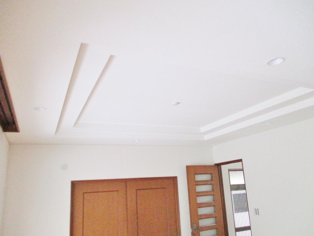 折り上げ天井が開放感をさらに演出