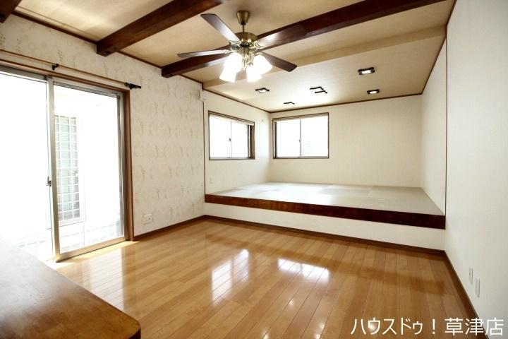 リビング奥に和室があり、スペースを広く使えるので子育て中のお母さんに人気があります(^^♪
