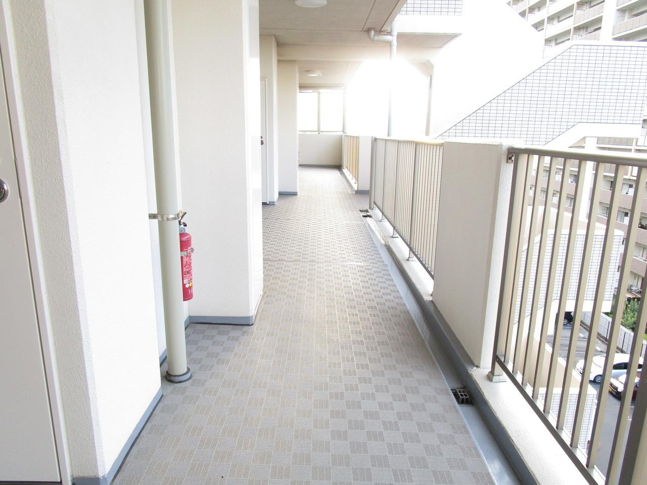 ベビーカーやカートも通行できるワイドな廊下