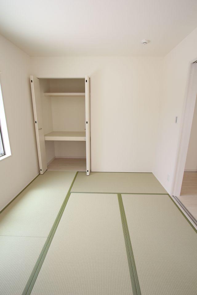 和室と合わせて23帖の大きな空間です。 お客様が大勢いらしても、ゆったりおくつろぎ頂けます。 (同社施工例)