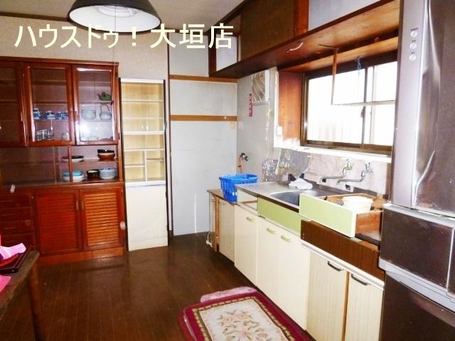 臭いがこもりがちなキッチンは窓があると換気に便利です。