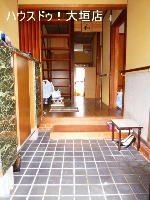 玄関から廊下は手すりがあるのでご年配の方にも安心です。