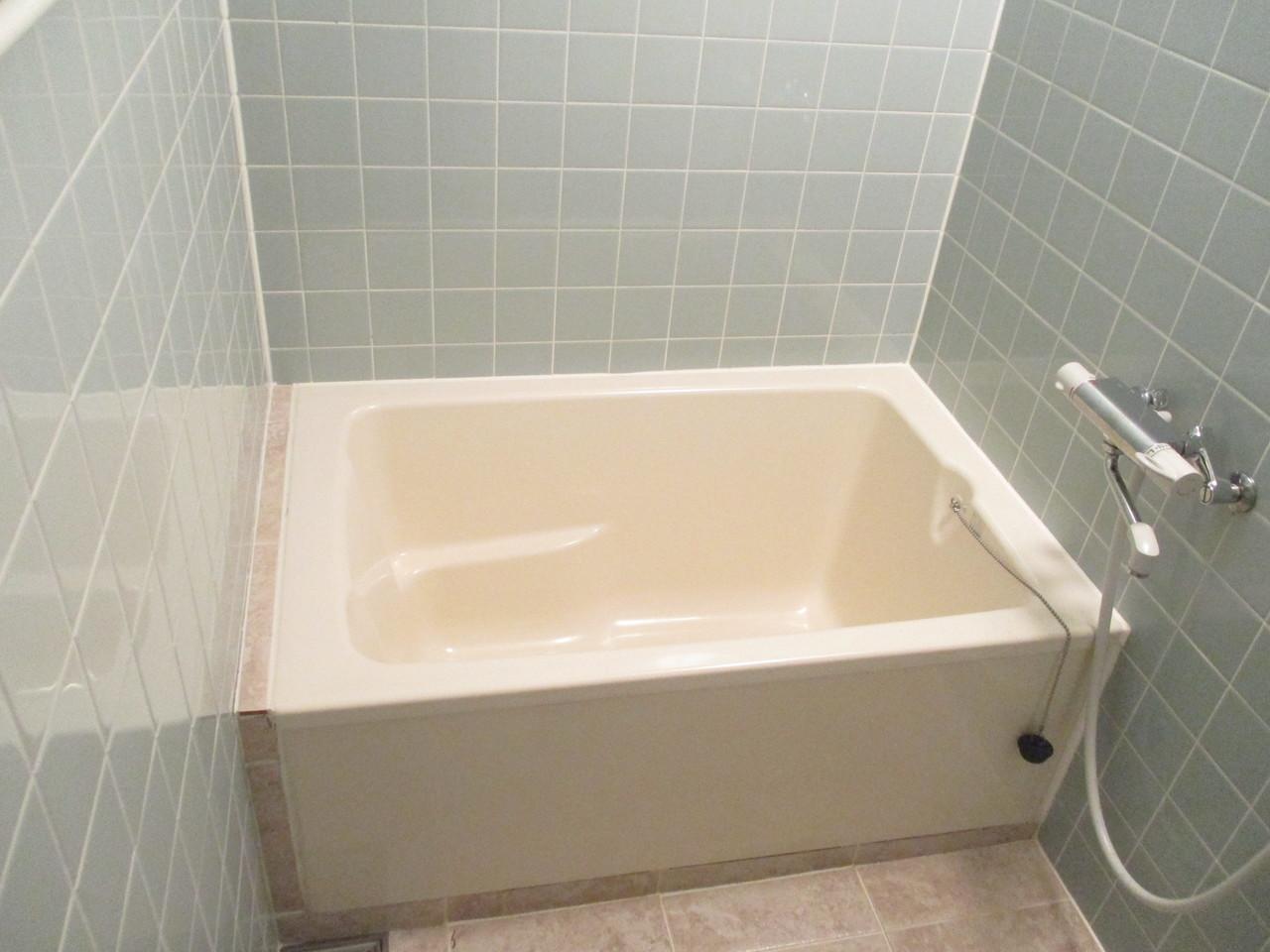 明るい色調の浴室です。