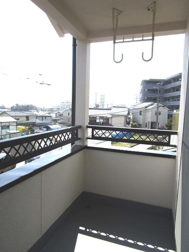 2階バルコニー。屋根もついているので、急な雨も安心♪