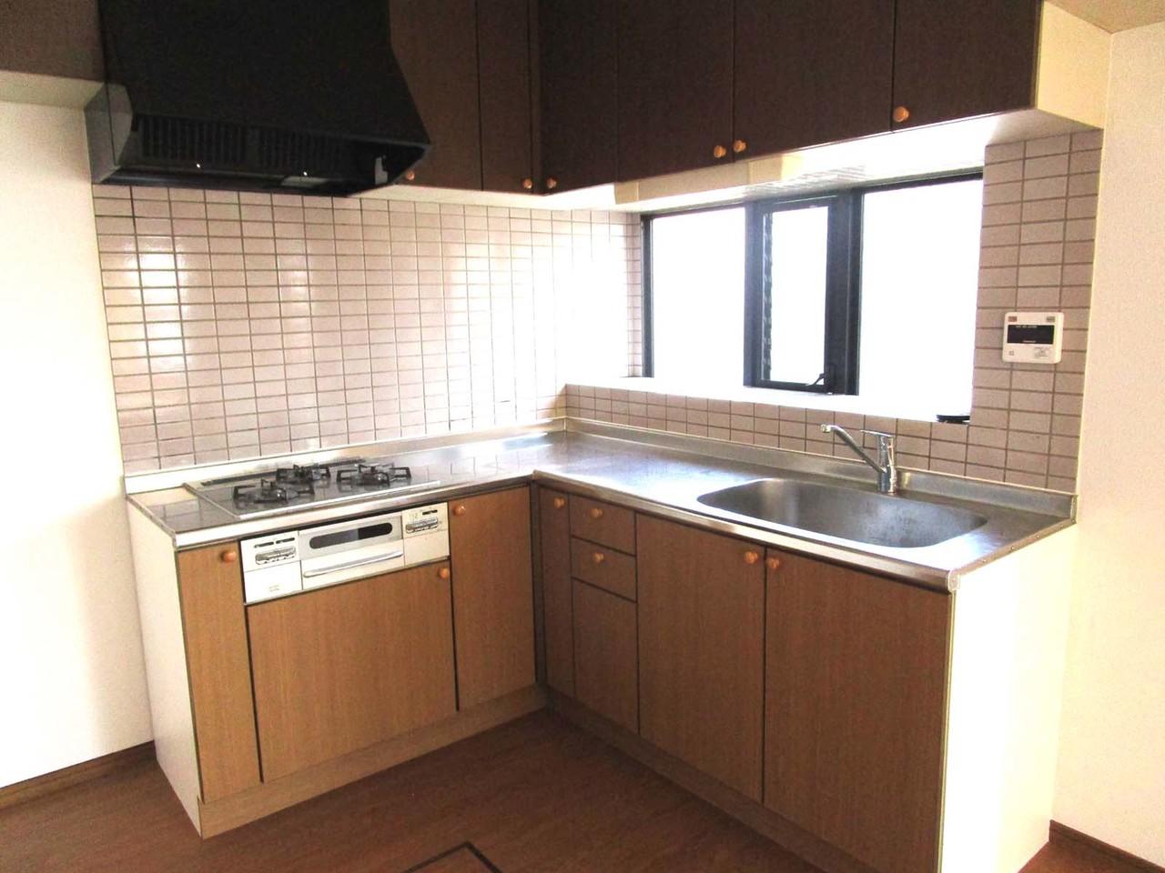 キッチンです。L字型なので、作業スペースもたくさんとれます。