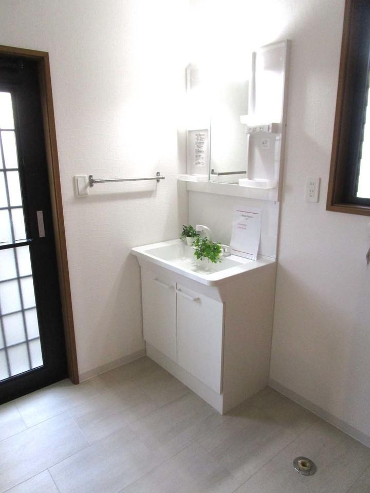 洗面所です。勝手口もあるので、何かと便利です。