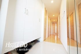 ■ 内覧予約受付中 ■ 清潔感のある明るい玄関。大容量の玄関収納があり、スッキリとした印象♪ フローリングは全室フロアコーティングが施されており、傷みにくく、光沢のある仕様になっています。