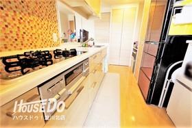 ■ 内覧予約受付中 ■ キッチン横から洗面室に入れる家事動線がスムーズな間取り!キッチンにも収納多数◎対面式システムキッチン(3口ガス)