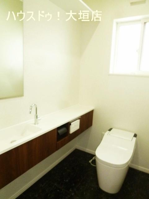 ゆとりのある空間。手洗い器付きで便利です。