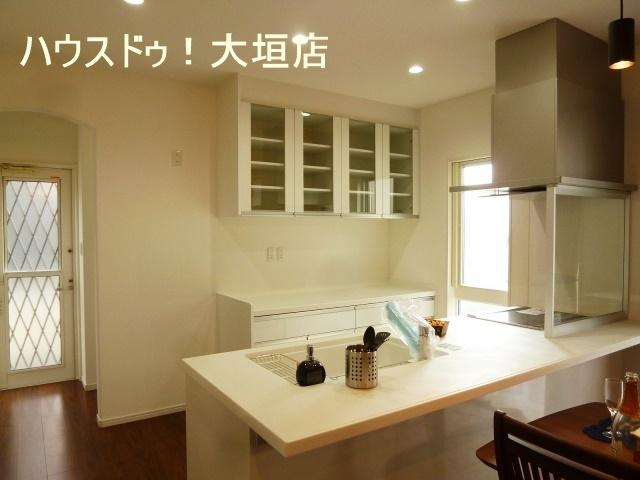 ホワイトで統一された清潔感のあるキッチン。