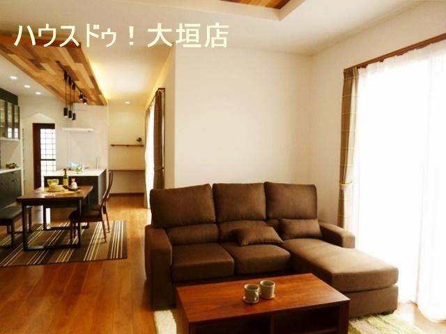 リビングにミニデスクがあり、奥様の家事スペースや、お子様の勉強机としても使用できます。