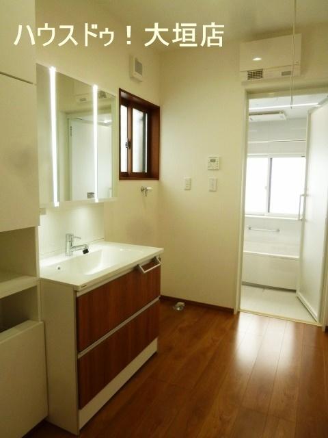 収納付きの脱衣所。タオルや洗剤などの備品収納などに便利ですね。