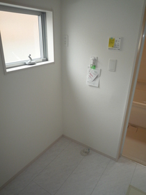 キッチンの表面は水はねや汚れからガードするパネルタイプの壁材を採用。 目地が少なく、汚れの拭き取りが簡単です。