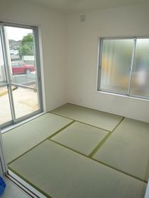 内鍵は、窓が完全に閉まっていないと鍵がかけられない、空かけ防止タイプ。 補助錠も併用することでさらに防犯性が高まります。