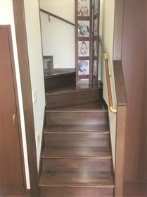 階段下にも収納があるので 収納家具でお部屋が 狭くなる心配もございません