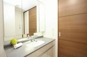 洗面化粧台は  鏡も大きく朝の支度も便利です  収納もあるので  快適に使えます