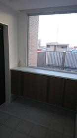 玄関からルーフバルコニーが見えます  収納もあるので  スッキリ収納できます