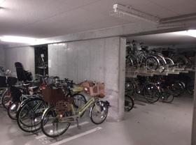 駐輪場は屋根があるので  雨の日も自転車が濡れず  サビ防止になり安心です