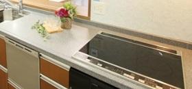 キッチンのコンロは  IHクッキングヒーター搭載で  安心安全です  便利な食洗機付きです