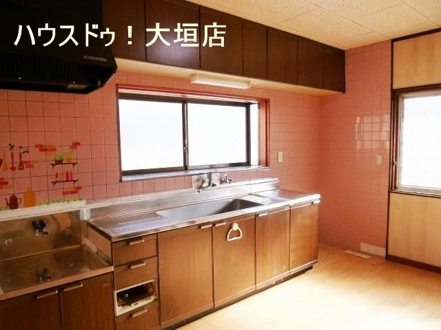 収納豊富なキッチン。小さな物から大きな物までスッキリ片付きます。