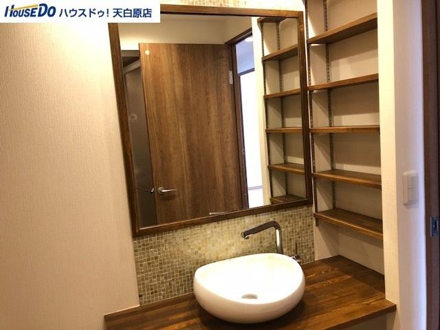 スタイリッシュで、どこか温かみのあるオシャレなデザインの洗面スペース!大きな鏡もあって使いやすさも抜群!