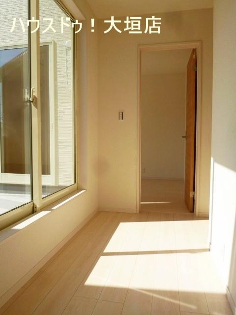 2階はバルコニーから日差しが差し込み 温かな空間です。