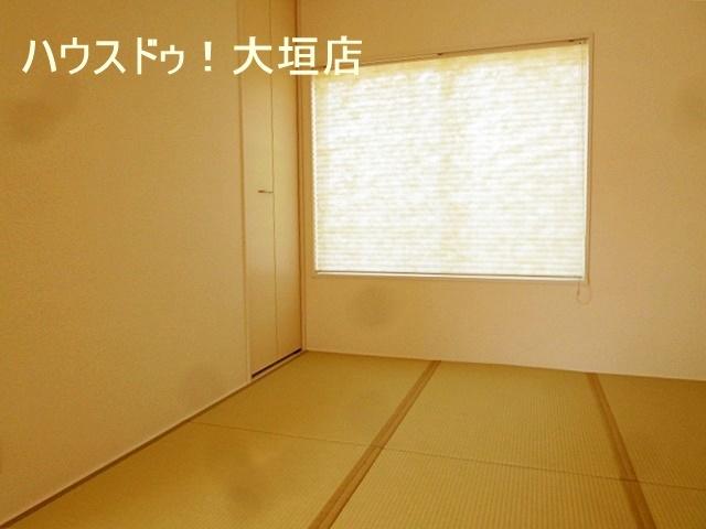リビングに併設された和室は、小さいお子様の遊び場や家事スペースとして便利です。