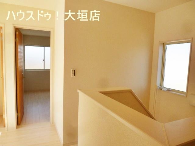 2階には納戸があり、季節物の収納に便利です。