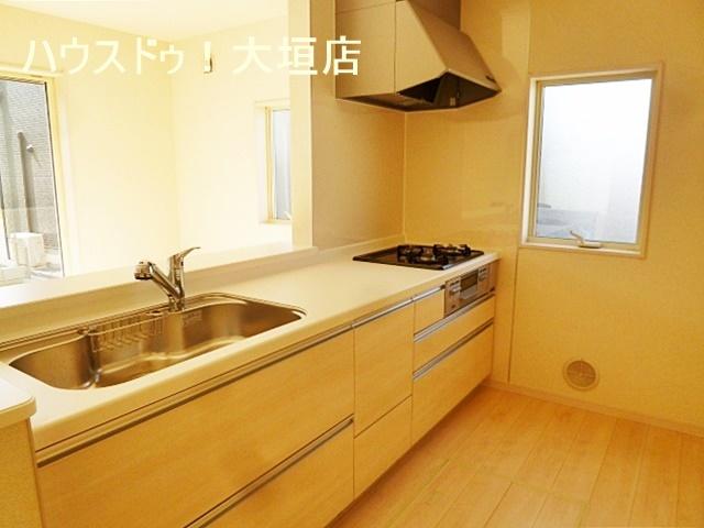 白を基調としたキッチン。床下収納もあり、食品ストックに活躍します。