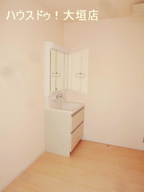 ゆったりした空間の洗面脱衣所。