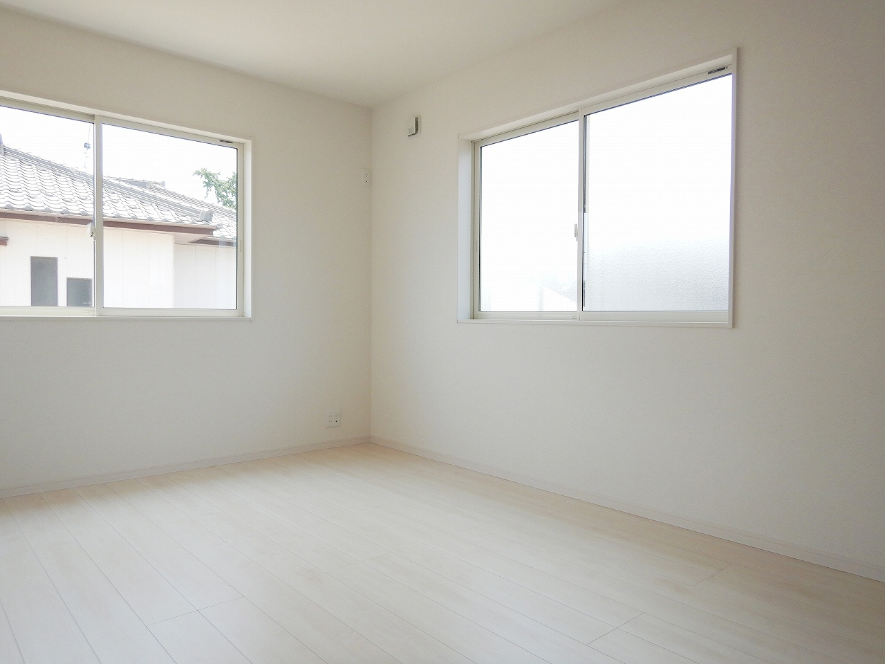 南側に面した明るい洋室! 施工事例。実際のものと異なります。