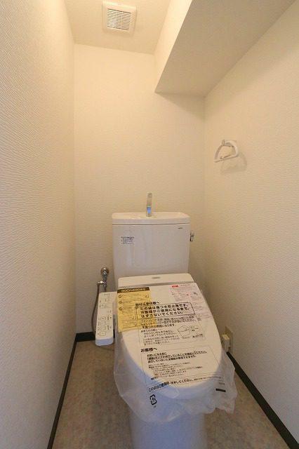 新品のトイレ。トイレが綺麗だと気分も良いですね。