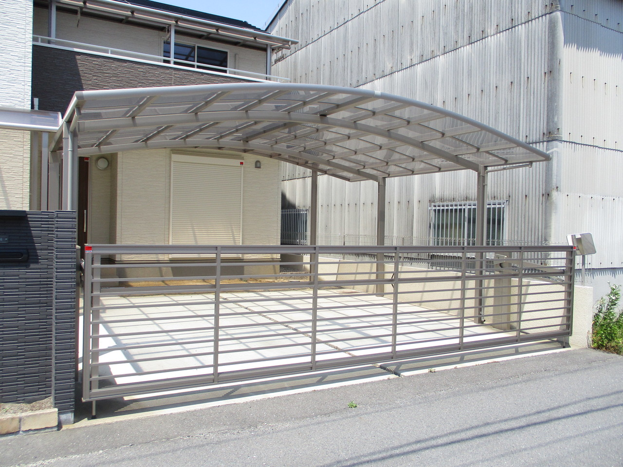 駐車場は電動カーゲート・カーポート付です。 2台まで駐車可能です。