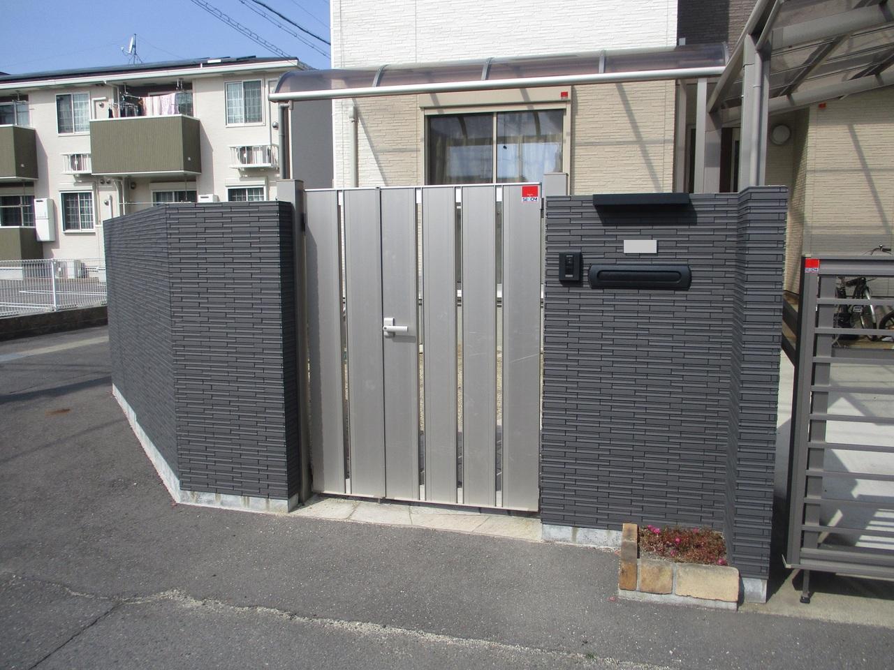 敷地内に入るのに門扉がございます。 鍵も閉めれますので、セキュリティ性が高いです。