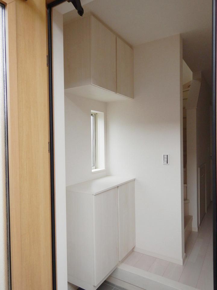 玄関周りがすっきり片付く収納付き♪ 施工事例。実際のものと異なります。