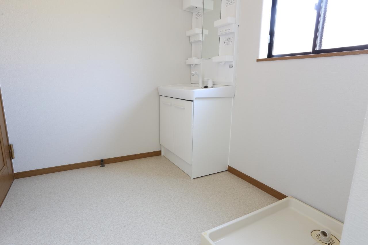 収納付で洗剤等きれいに保管できます! 小窓がついて明るい洗面所です!