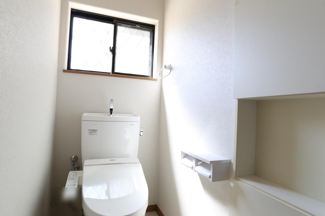 トイレにも小窓がついて明るく感じます!