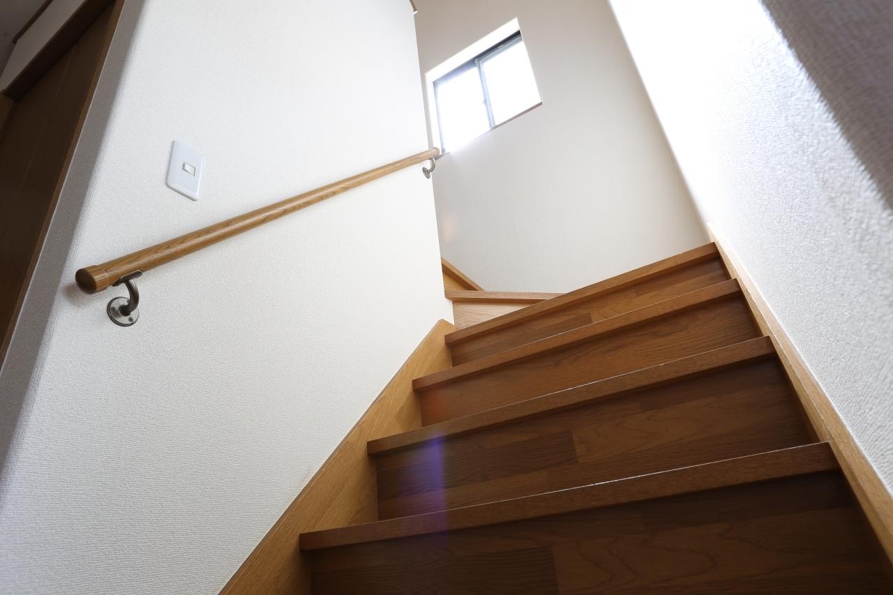 階段にも小窓が付いて明るくいです! 手すりも付いて足元に安全です!