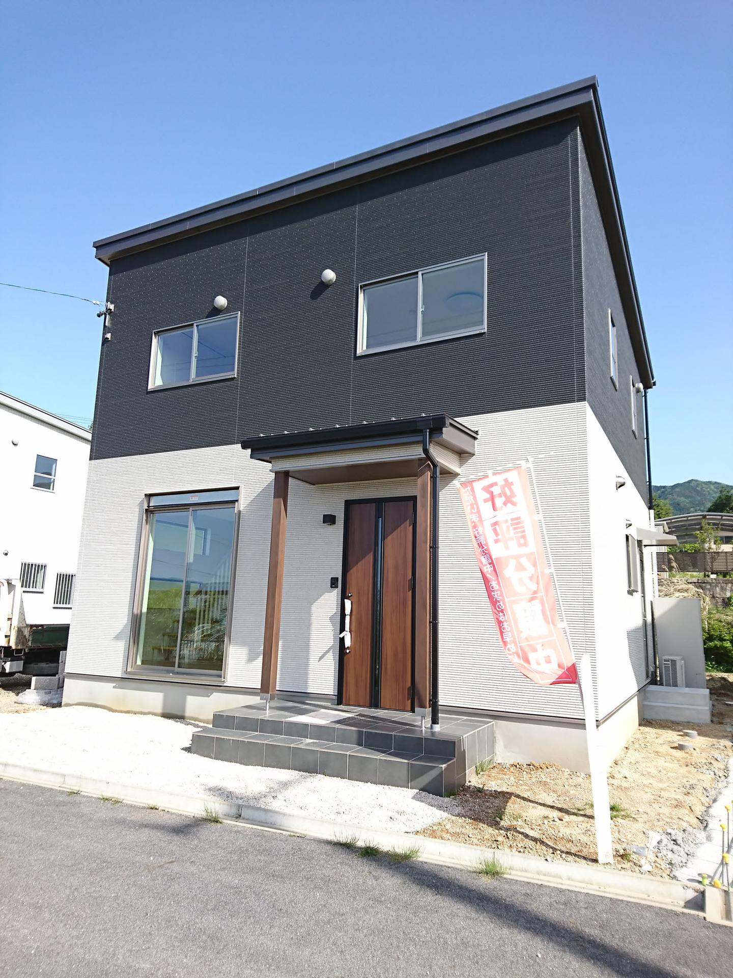 【外観写真】 外壁は黒と白のツートンカラー♪ 平成30年5月撮影