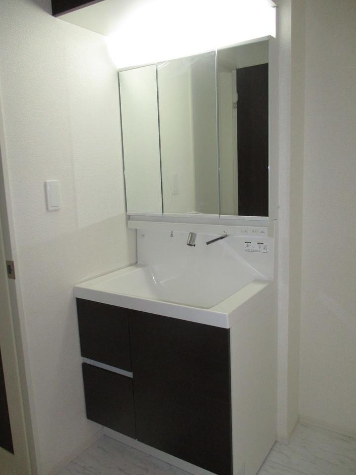 【同社施工例】窓付きの明るい洗面所