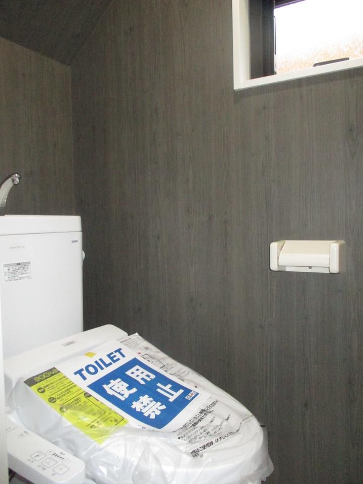 【同社施工例】2箇所あるトイレには快適な温水洗浄便座付き
