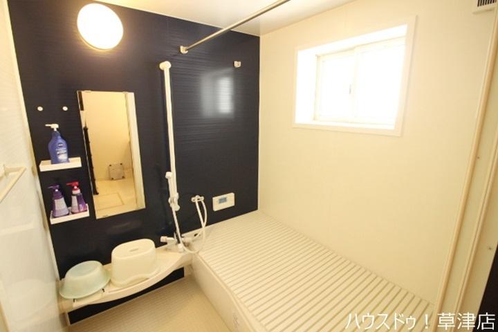 浴槽には手すりが付いているのでお子様やご年配の方も安心して出入りできます。