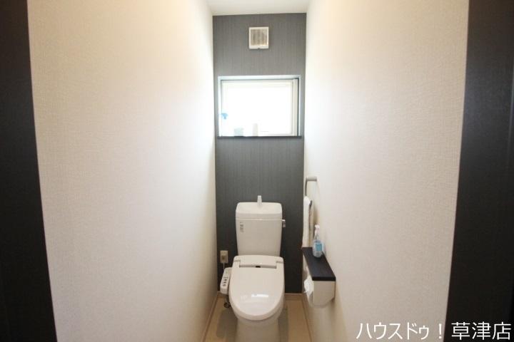 トイレは窓付きなので換気がしやすいですね。