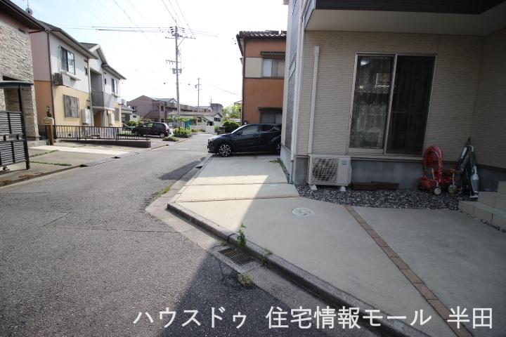 前道は、幅員約4mの公道です。 車の出し入れがスムーズです。