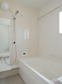 1坪タイプのユニットバスなので浴槽も広々です。 浴室乾燥機能付です。 洗い場の床は、乾きやすく滑りにくい快適仕様。 水はけがよくカビの発生を軽減できます。
