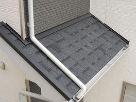 屋根材は、アスファルトシングル葺です。 新生瓦1/2(12kg/m2)の軽さ。 軽い屋根材を使用することで、地震による建物の揺れを小さくし、地震に強い住まいを実現してます。