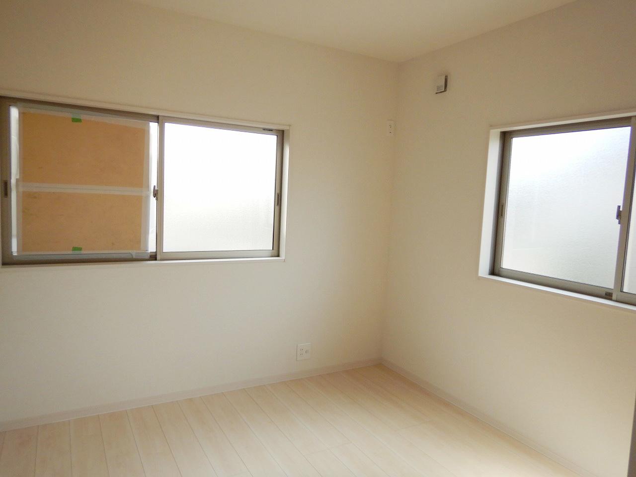 2面採光の明るい洋室!施工事例。実際のものと異なります。