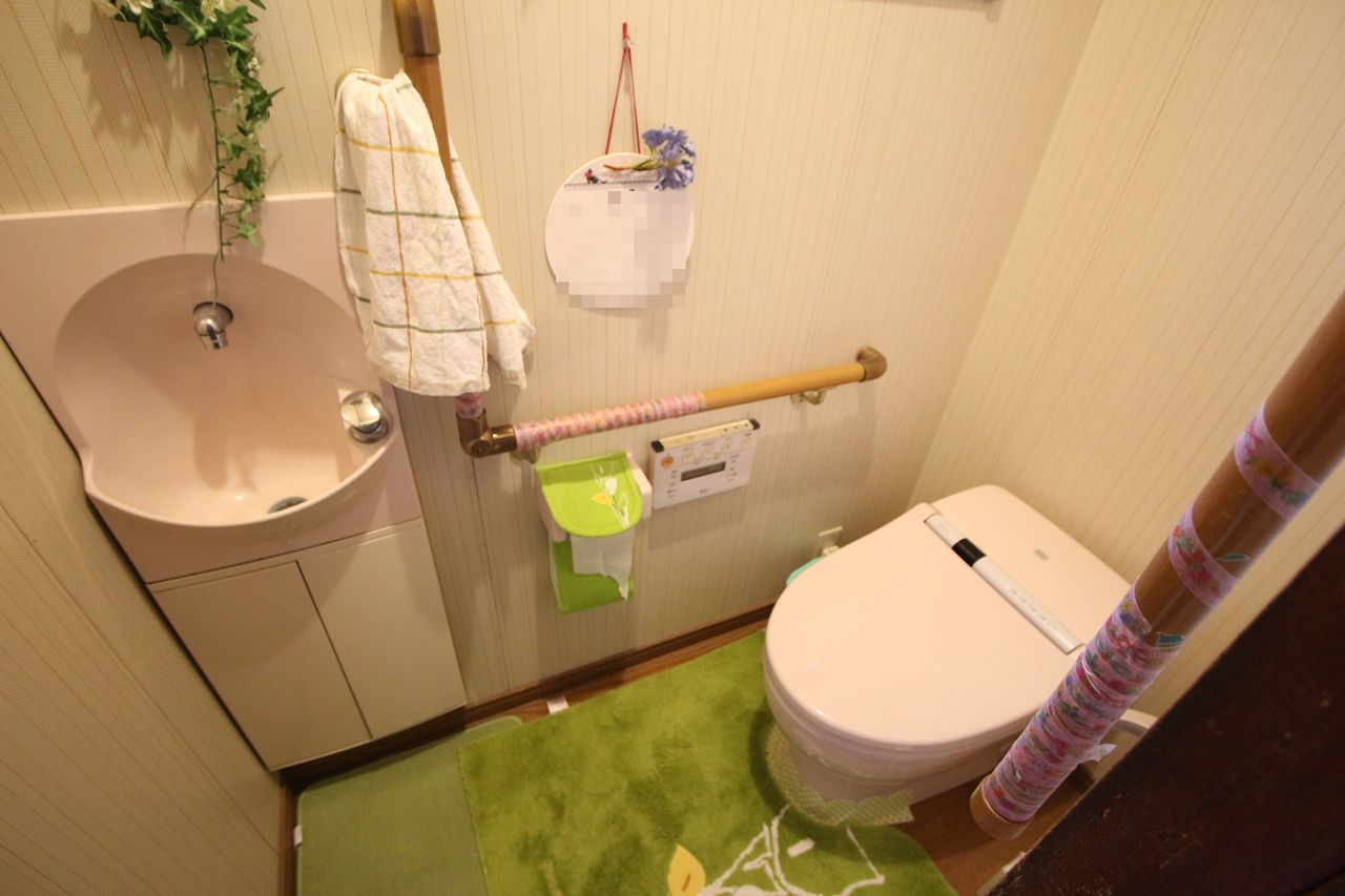 2か所のトイレは共にウォシュレット完備。 1階は便利な手洗いもございます。 タンクレスでお掃除楽々♪清潔に保てます。